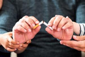 Read more about the article Rzucanie palenia – trudne wyzwanie. Jak pomóc członkowi rodziny w walce z nałogiem?